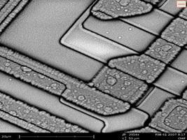 Электронный компонент под микроскопом