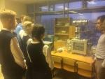 Ученики слушают преподавателя, рассказывающего о лабораторной установке
